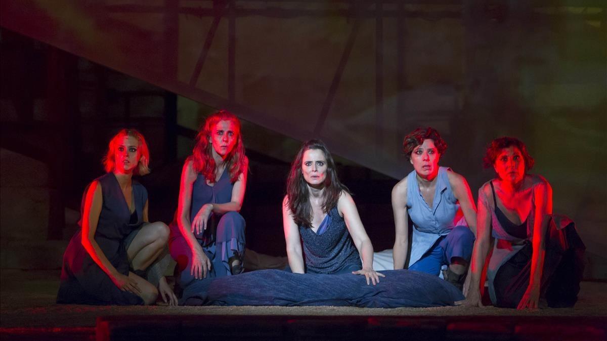 De izquierda a derecha: Maggie Civantos, Gabriela Flores, Aintana Sánchez-Gijón, Míriam Iscla y Pepa López en el estrenode 'Troyanas' en Mérida.