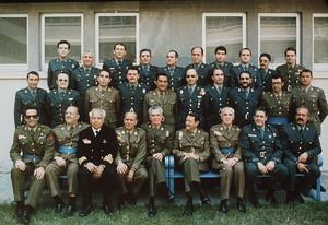Foto de família dels processats pel cop del 23-F. Jesús Muñecas apareix el tercer per lesquerra en la fila superior. Antonio Tejero, el primer dels asseguts per la dreta.