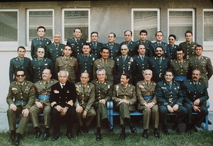 Foto de familia de los procesados por el golpe del 23-F. Jesús Muñecas aparece el tercero por la izquierda en la fila superior. Antonio Tejero, el primero de los sentados por la derecha.