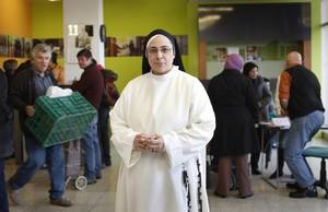 Sor Lucía Caramha mostradosu apoyo a Rakosnik yRahola,sus amigas incondicionales, con las que ha construido en la Fundación Rosa Oriol un proyecto al servicio de los más pobres.