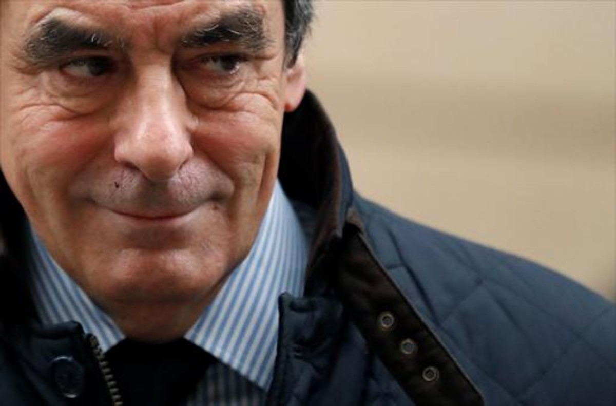François Fillon, candidato de la derecha en la carrera al Elíseo, ayer al salir de su casa en París.