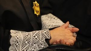Un jutge dona l'orfandat a una de menor el pare de la qual està viu però se'n desentén