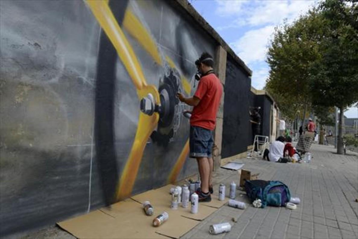 El grafitero francés Flow pintando sobre un muro