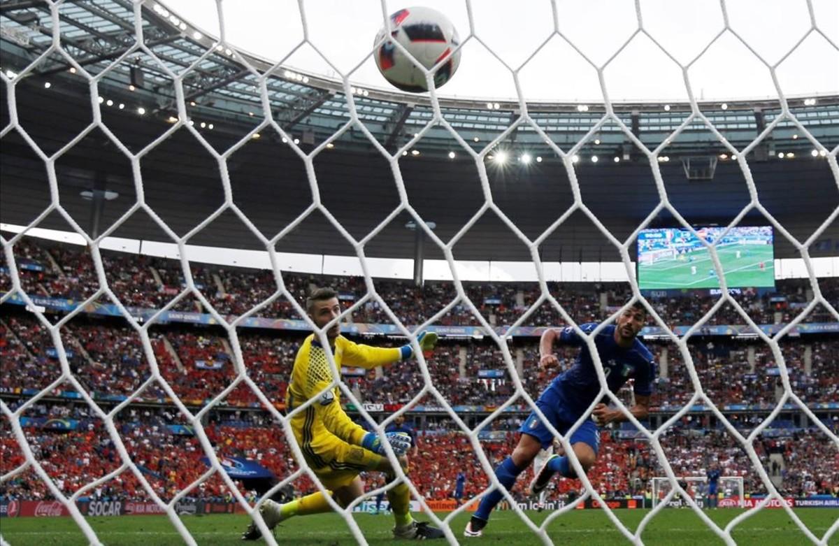 Graziano Pelle marca elsegundo gol de los italianos.