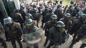 Un grupo de antidisturbios durante el referéndum del 1-O en Mora la Nova (ribera d'Ebre)