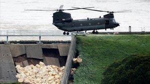 Un helicóptero lanza sacos de tierra para contener la presa dañada en Whaley Bridge.