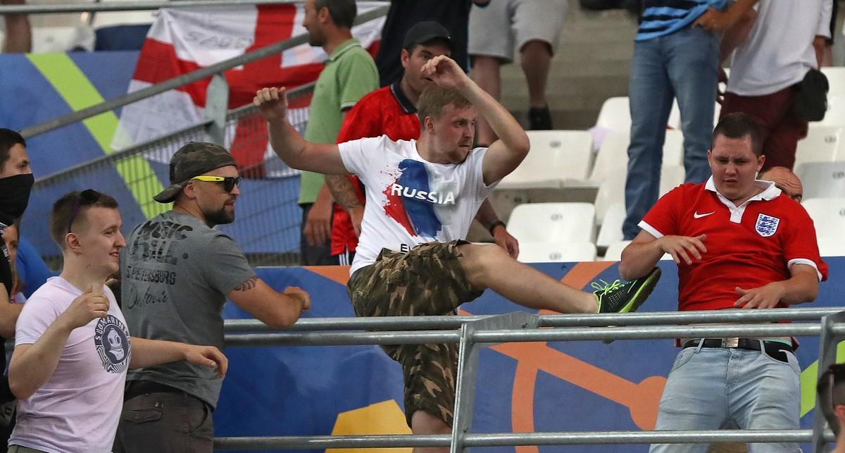 Un hincha ruso agrede a un aficionado inglés durante el partido de este sábado en Marsella.