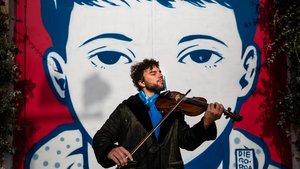 Iago Mediano, quien ha hecho del nomadismo su estilo de vida, toca el violín en Can Batlló.