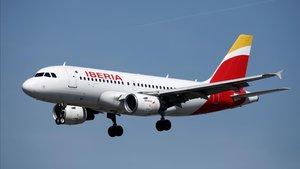 Un Airbus A319-100 de Iberia enfila la pista de aterrizaje del aeropuerto deOrly , en París, el pasado mes de septiembre.