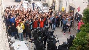 Imagen de un momento del enfrentamiento entre vecinos de la localidad de Aiguaviva y la Guardia Civil que recoge el reportaje de TV-3 Marcats per l1 doctubre.