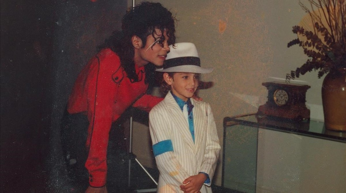 Imagen del documental 'Leaving Neverland' en el que aparece Michael Jackson junto a Wade Robson, de niño.