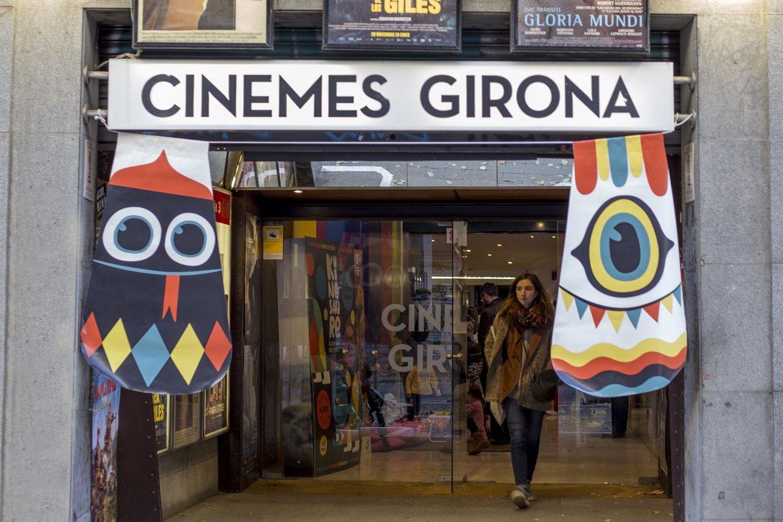 En estas sesiones, la fachada del cine se viste con motivos infantiles.