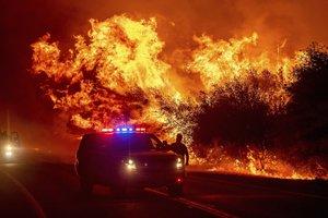 A 200 kilómetros de ese lugar se mantiene activo el incendio conocido como August Complex.