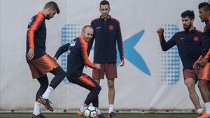 Iniesta, en uno de sus últimos entrenamientos con el Barça.