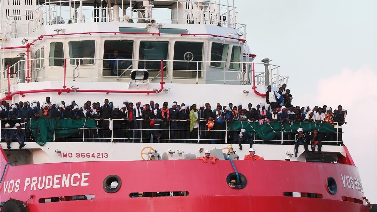 Inmigrantes rescatados por el Prudence, de Médicos sin Fronteras, a su llegada al puerto de Salerno (Italia), el 14 de julio.