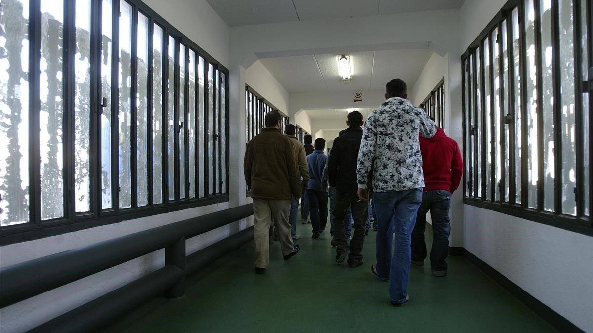 Presos en un pasillo de la cárcel de Meco.