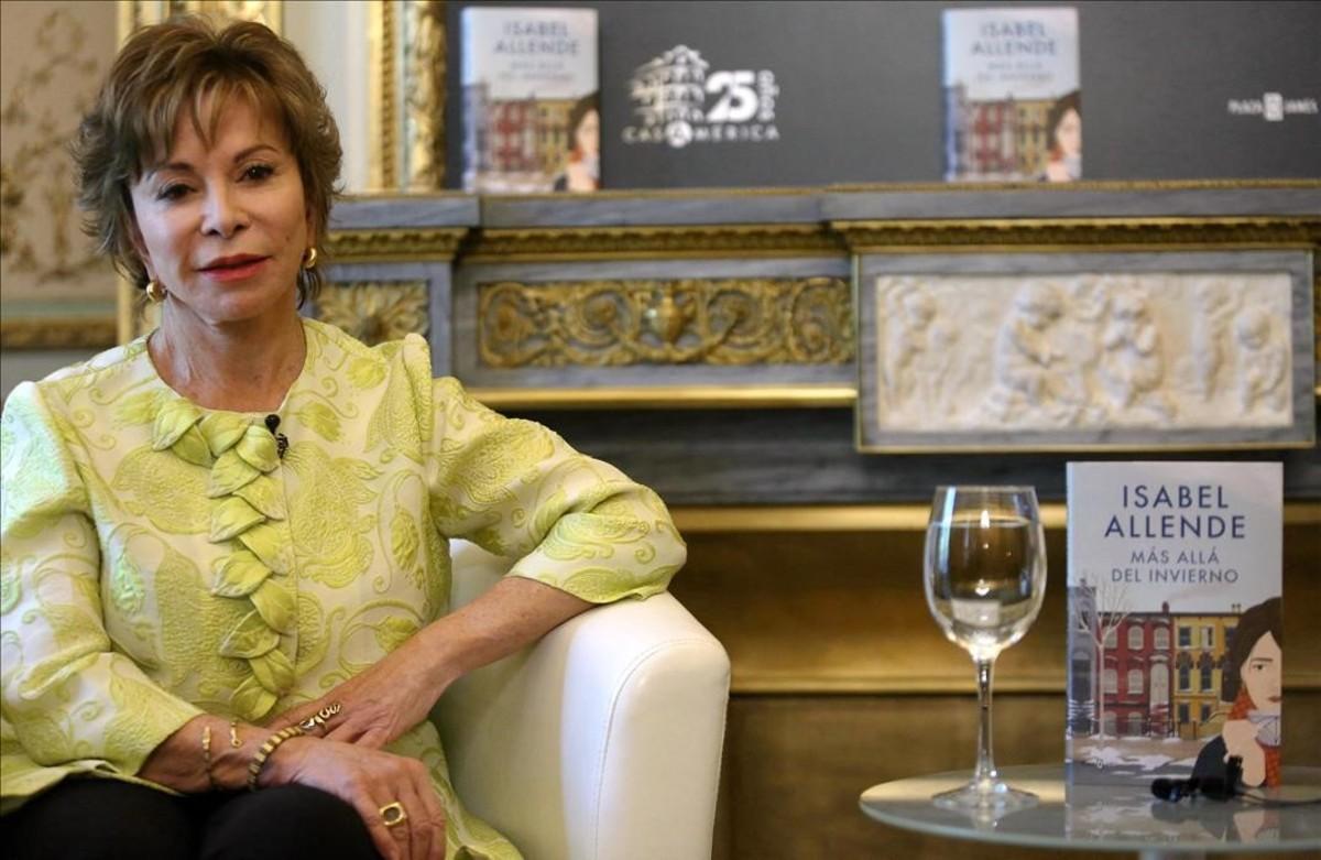 Isabel Allende, en la Casa de América de Madrid, horas antes de acudir a la Feria del Libro para firmar ejemplares de su nueva novela, 'Más allá del invierno'.
