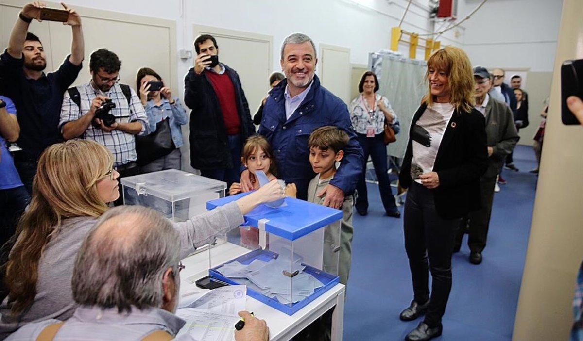 Jaume Collboni vota en la escuela Mireia de Barcelona.
