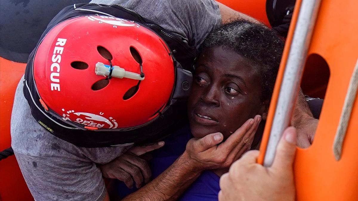 Mujer sobrevive a naufragio entre muertos