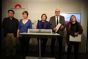 Joan Josep Nuet, Anna Simó, Carme Forcadell, Lluís Corominas y Ramona Barrufet, en el Parlament.