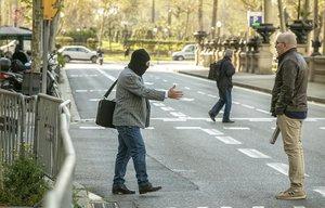 Joaquim Benítez tiende la mano a Manuel Barbero, frente a la Audiencia de Barcelona.