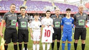 José Reyes, en el centro, con una camiseta del Sevilla de su padre, antes de la final de la Liga Promises Internacional.
