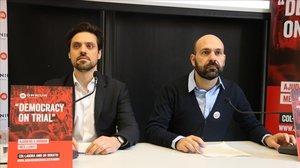 El abogado de la defensa de Jordi Cuixart, Olivier Peter, junto al vicepresidente de Òmnium, Marcel Mauri.