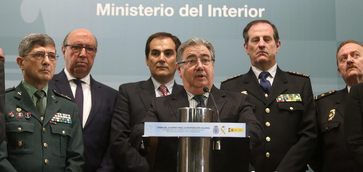 El ministro de Interior Juan Ignacio Zoido, durante la firma de un acuerdo deequiparación salarial con los sindicatos policiales y asociaciones de la Guardia Civil.