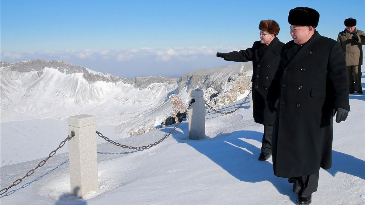 Kim Jong-un camina por el monte Paektuthe, en una foto sin fecha distribuida por la agencia KCNA el 9 de diciembre.