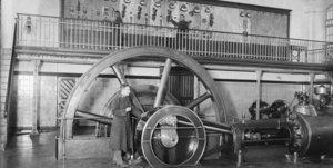 Tres militares supliendo a los obreros en huelga de una central elétrica durante la huelga de La Canadenca, en el 1919.