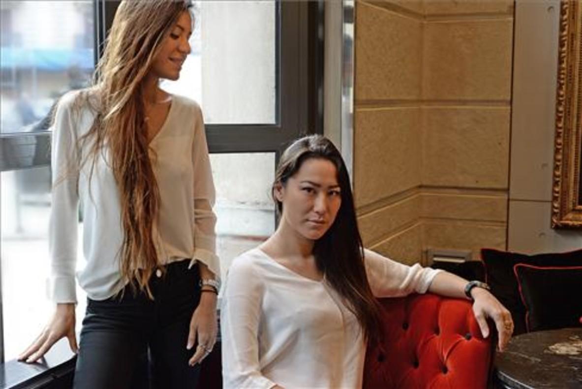 Las hermanas Nayan y Meilan Kao, en la planta baja del restaurante Mr Kao. Foto: Iris Martínez