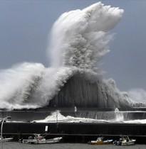 Las impresionantes olas en el puerto de Aki Kochi al llegar del tifón Jebi.