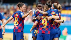 Las jugadoras del Barça felicitan a Hermoso tras marcar de penalti.