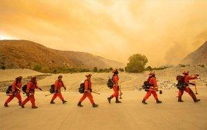 Bomberos de Los Ángeles combaten un incedio forestal.