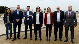 Los candidatos a la alcaldía del ayuntamiento de Barcelona, posan en el parque Güell de la ciudad.