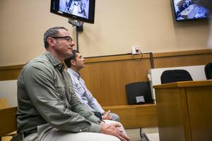 Los dos 'mossos' acusados de ser los responsables de la mutilación de uno de los ojos de Ester Quintana, en la Audiencia de Barcelona antes de empezar el juicio.
