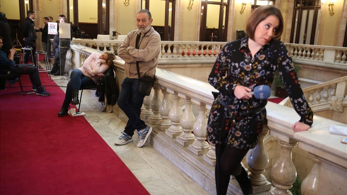Los periodistas aguardan notícias en el Parlament.