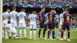 Lozano intenta reforzar la barrera del PSV antes de la ejecución de una falta de Messi.