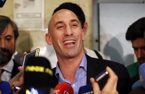 Luis Rubiales atiende a los periodistas tras la convocatoria de huelga en mayo del 2015.