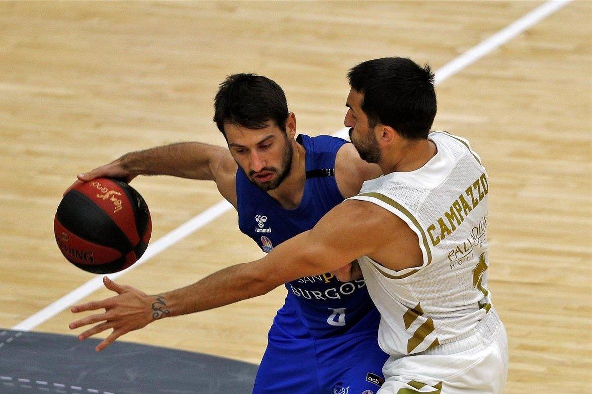El madridista Campazzo lucha por el balón con el base del San Pablo, Fitipaldo