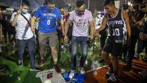 Manifestantes de Hong Kong pisoetan camisetas con el nombre de Lebron james.