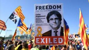 Manifestantes independentistas en Estrasburgo, frente al Parlamento Europeo, el pasado martes, con pancartas de Puigdemont.