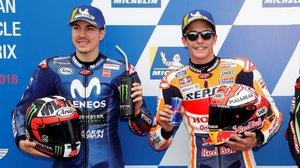 Marc Márquez (Honda), a la derecha, comparte éxito con Maverick Viñales (Yamaha), tras lograr la pole hoy en Phillip Island.
