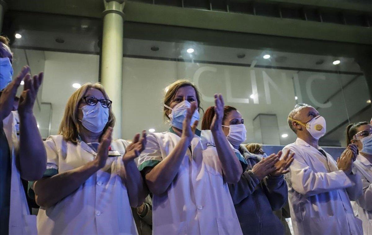 Médicos yenfermeras reciben el aplauso de la gente frente al Hospital Clínic.