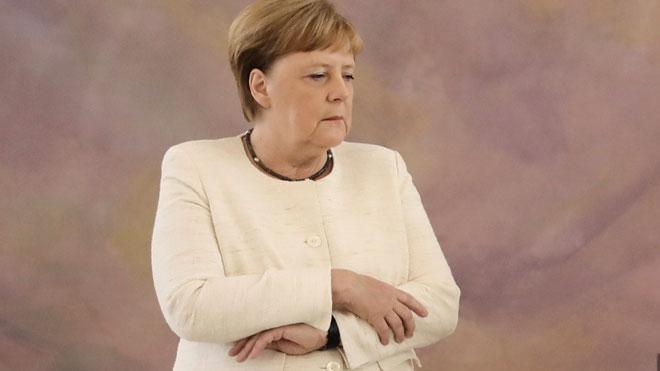 Merkel vuelve a sufrir un visible temblor en un acto en Berlín.