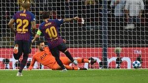 Messi marca el 2-4 en Wembley al Tottenham.