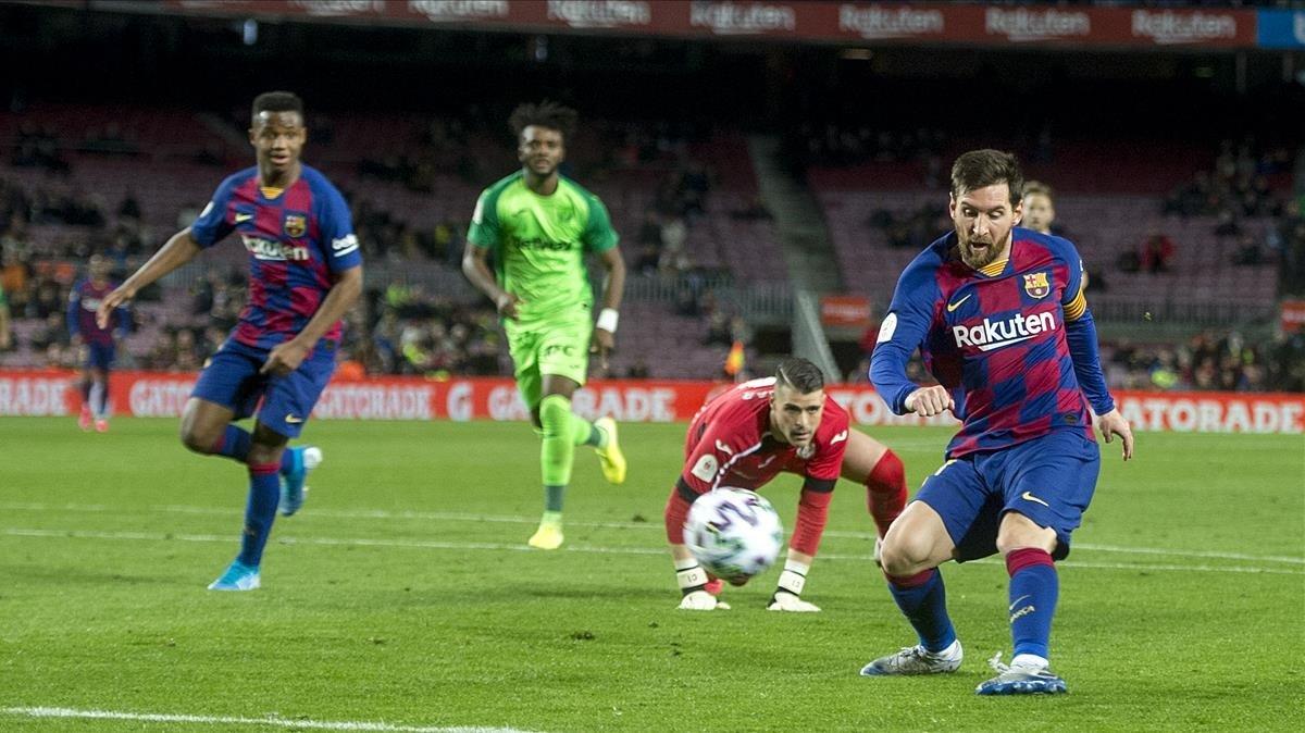Messi supera a Cuéllar par anotar el quinto gol azulgrana ante el Leganés.