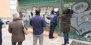 Un agente de la Policía Municipal precinta la Galería de La Elipa.
