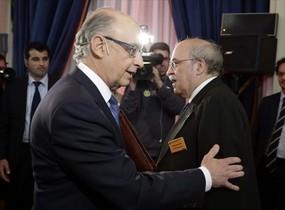 Montoro, izquierda, se saluda con Mas-Colell durante un foro celebrado en Madrid en octubre.