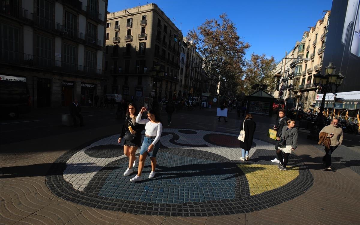 El mosaico de Miró, en el centro de la Rambla.